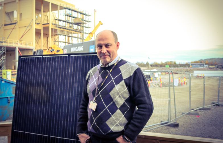 Prosjekteringsleder Stein Jordet i AF Bygg Østfold med solpanelet som skal monteres på Kaffehuset.