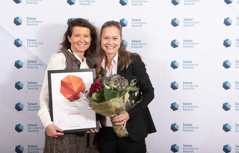 HR-direktør Karin Engen (t.v.) og rekrutteringssjef Annette Strøno tok i mot prisen  for Årets klatrer. Foto: Universum.