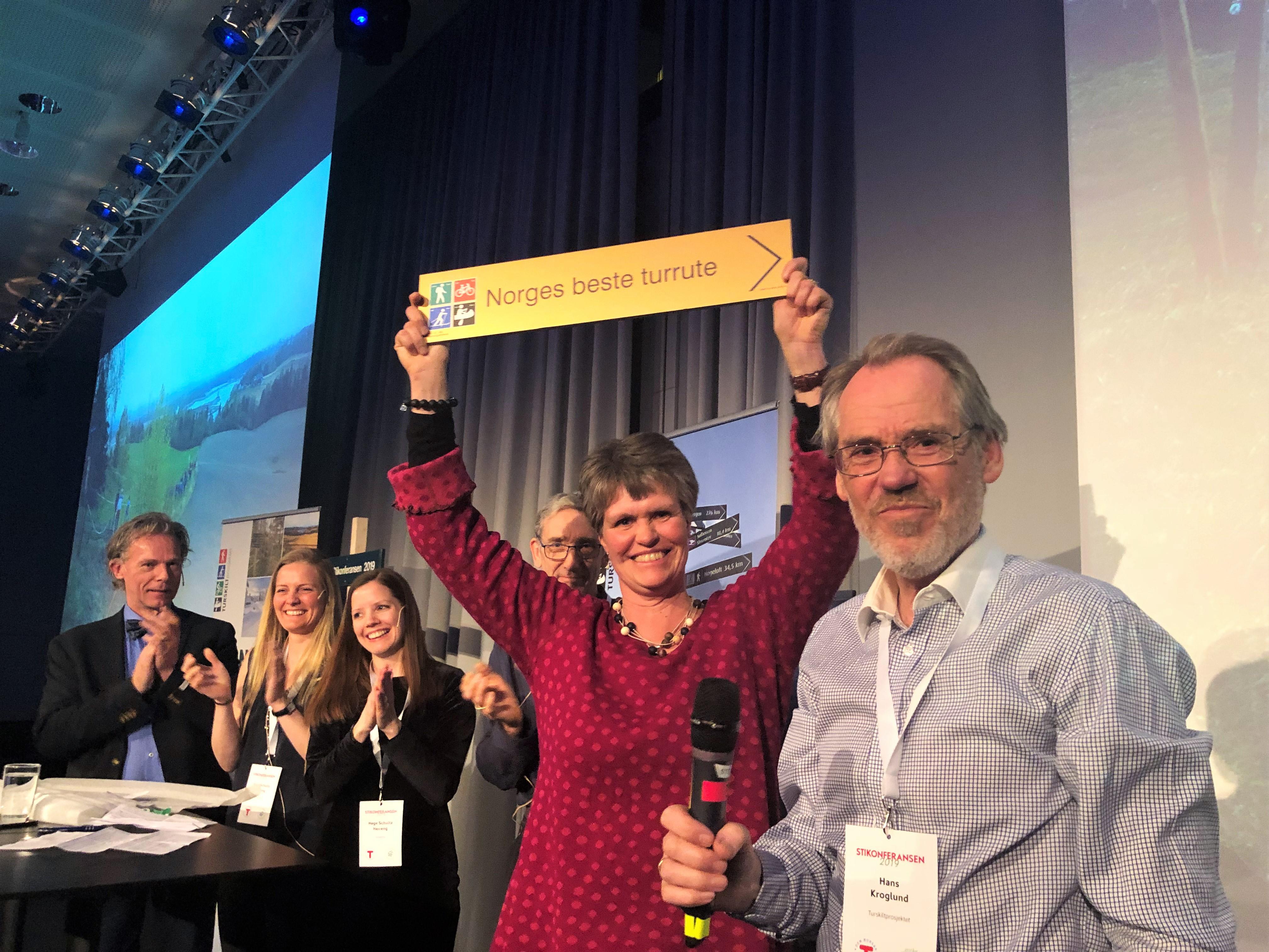 Hans Kroglund og Margrete Ruud Skjeseth sammen med juryen