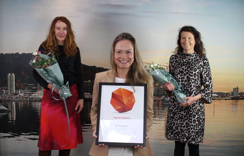 AF Gruppen mottar Universum-prisen. Fra venstre: Linda Strand Jacobsen, prosjektleder kommunikasjon, rekrutteringssjef Annette Strøno og HR-direktør Karin Engen. Foto: Universum