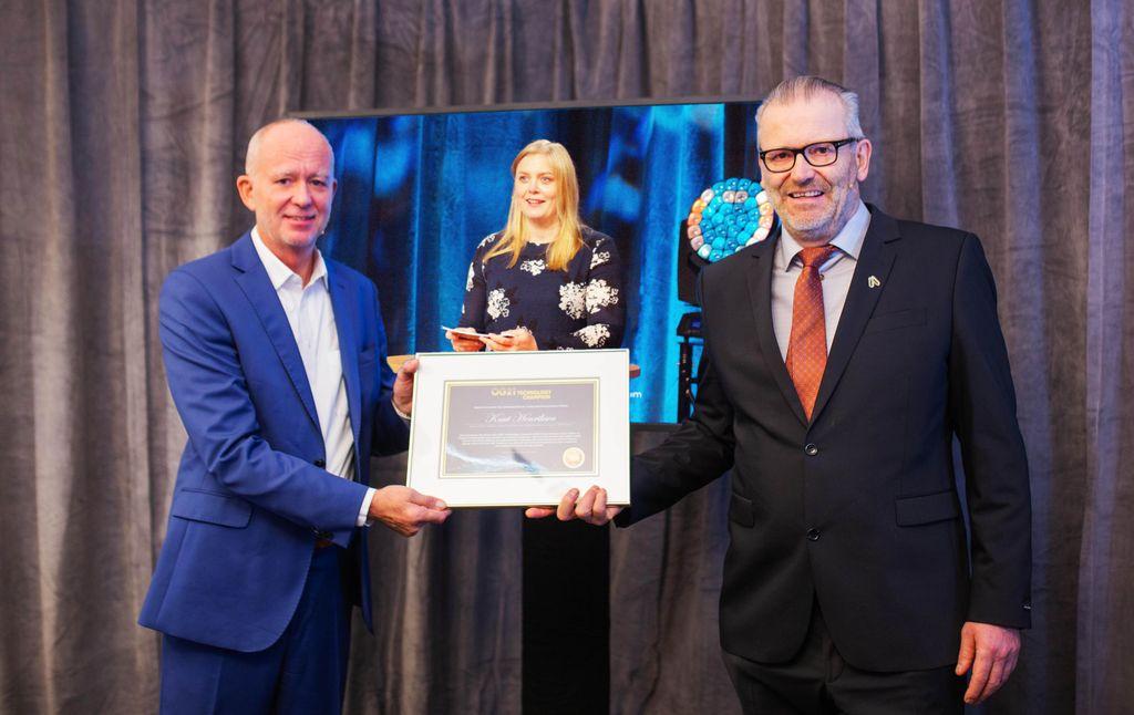 """Olje- og energiminister Tina Bru sammen med vinneren av prisen """"OG21 Technology Champion 2020"""", Knut Henriksen (th) og juryleder Roy Ruså."""