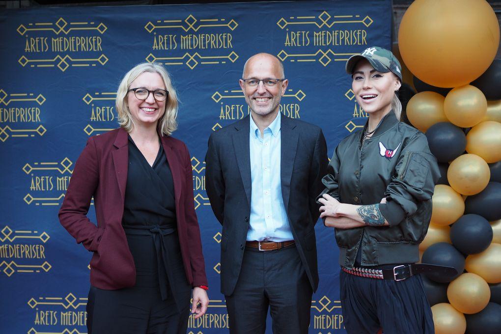 Ingeborg Senneset (til høyre) ble tildelt NTBs språkpris onsdag kveld. NTBs sjefredaktør Mads Yngve Storvik overrakte prisen. Her sammen med NTBs nyhetsredaktør Sarah Sørheim. Foto: Caroline Roka