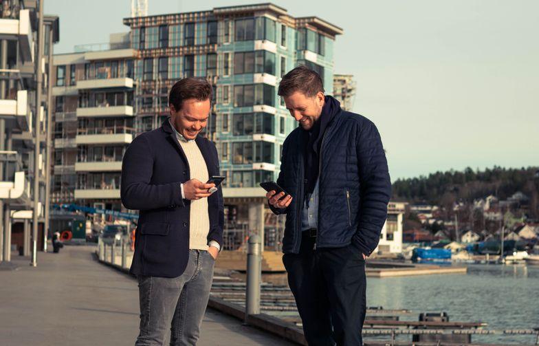Nå satser AF Eiendom på digitale nøkler. En forenkling i mange ledd i et boligprosjekt. Finn Magnus Holden (til venstre), Forretningsutvikler Unloc. Marius Leiddal Eiendomsutvikler, AF Eiendom. Foto: AF Gruppen