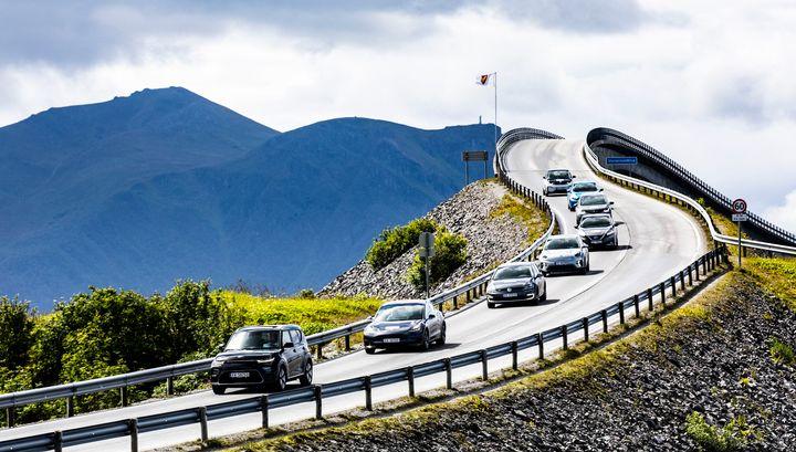 For de som skal feriere i Norge er det bil som gjelder. Nesten seks av ti, 58 prosent, sier de vil foretrekke å reise med bil når de ferierer i Norge. Legger vi til bobil og MC er vi oppe i syv av ti. (Foto: NAF)