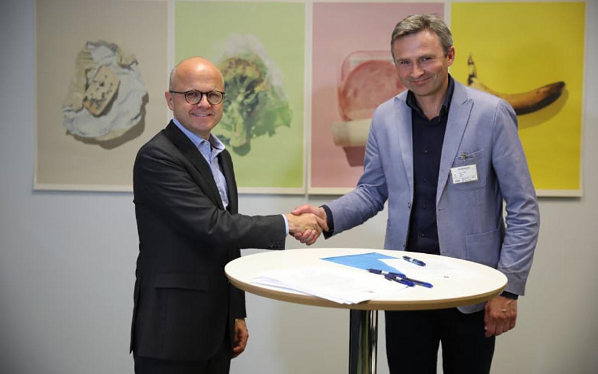 Klima- og miljøminister Vidar Helgesen og direktør for kommunikasjon og samfunnsansvar i TINE Lars Galtung. Foto: Snorre Tønset