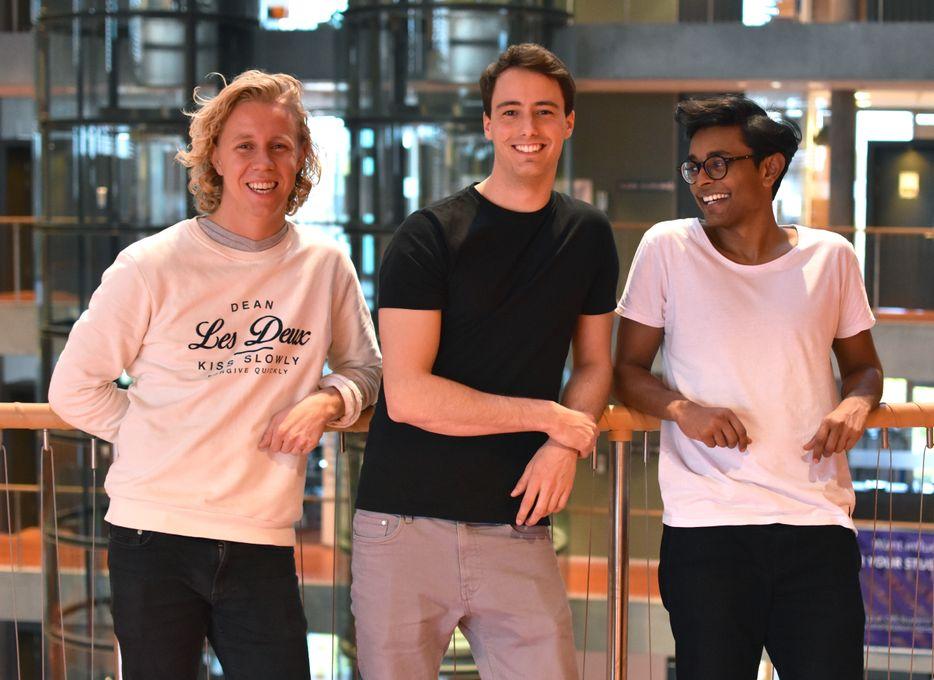 Maths Mathisen(25), Florian Winder(26) og Vinoth Vinaya(24) står bak appen Hold, som skal få studenter til å legge vekk mobilen.