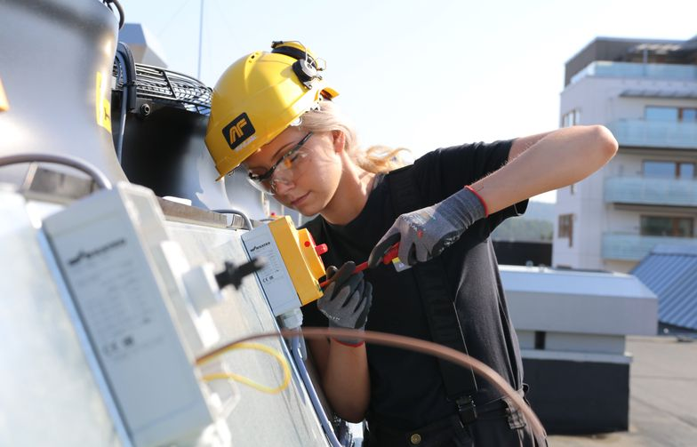 19 år gamle Alva Jørnsdatter Henden er lærling i AF Energi & Miljøteknikk. Her er hun på jobb på Senter Syd Mortensrud. Foto: Guro Mikkelsen/EMT
