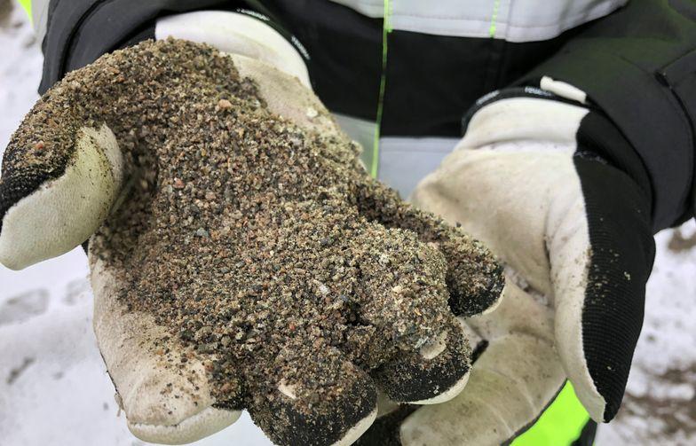 Strøsand som etter hver vintersesong dumpes i deponier er verdt millioner av kroner. Nå skal Bærum kommune gjenbruke sin strøsand. Foto: AF Gruppen