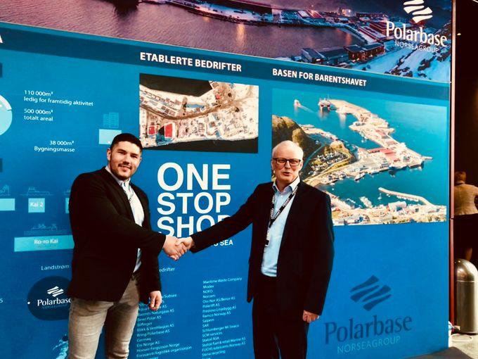 Driftsleder i Nokas, Thomas Elverum (t.v) og eiendomssjef /HMSK-leder i Polarbase, John-Kåre Grøsnes, er begge fornøyd med den nye vaktavtalen som er inngått for to nye år.