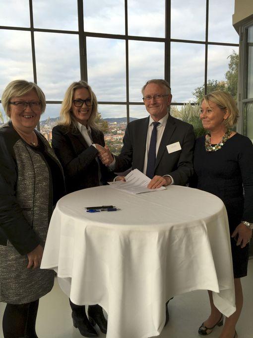 Anita Krohn Traaseth og Arvid Hallén undertegnet en avtale om felles stillinger i går. Her er de flankert av fiskeriminister Elisabeth Aspaker og næringsminister Monica Mæland.