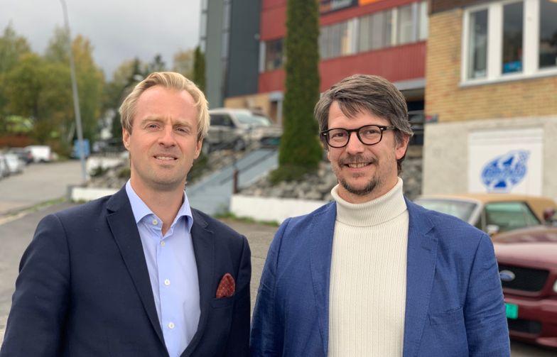 Porteføljedirektør i AF Eiendom, Otto Christian Groth (t.v.) og prosjektdirektør i OBOS Nye Hjem AS, Jørgen Stavrum. Tomten i bakgrunnen skal transformeres fra industri til nye boliger. Foto: AF Gruppen.