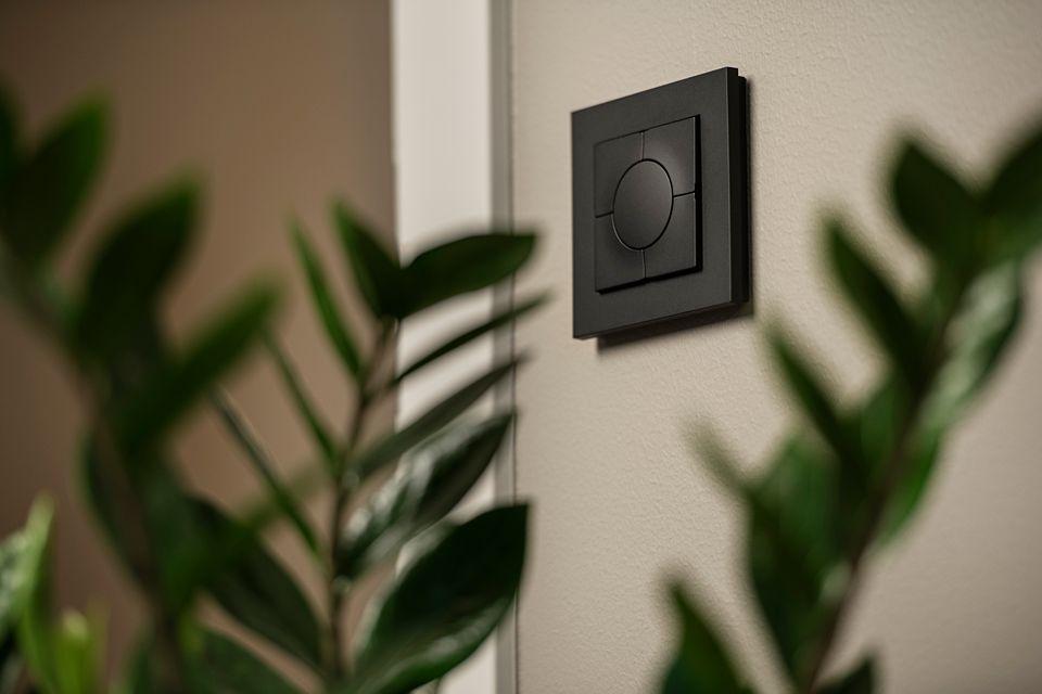 MODERNE DESIGN: ELKO Smartbryter kommer i flere ulike farger og med et lekkert design.