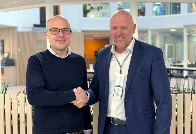 Coor tildeler en av Norges største sikkerhetsleveranser til Nokas. Nokas får vakt- og sikringsoppdraget på Equinors rundt 500 000 kvm kontor- og produksjonsanlegg i Norge. På bildet: Daniel Grönberg, Coor (t.v.) og Frode Østdahl, Nokas. (Foto: Nokas)