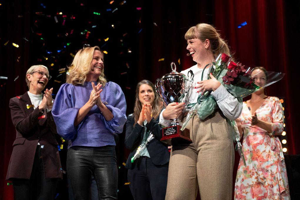 Tora Söderström Gaden (NORCE og Griegakademiets senter for musikkterapiforskning, Universitetet i Bergen) vant den nasjonale finalen i Forsker Grand Prix lørdag kveld. Her er hun sammen med konferansier Soveig Kloppen like etter kunngjøringen.
