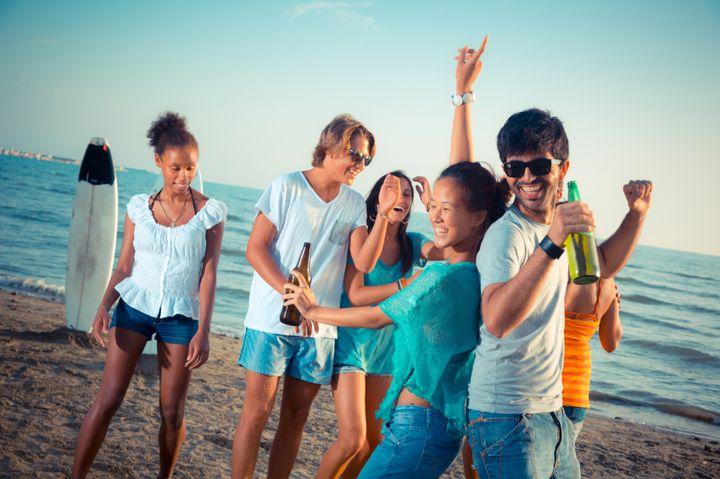 Ungdommens sydenferie med gode venner blir fort stemplet som rølpetur og partyferie. Illustrasjonsfoto.