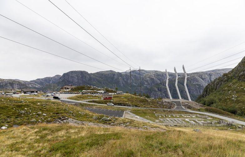 Statnett skal blandt annet rive den eldre ledningen, som går over hårnålssvingene fra Lysebotn, forbi designmasten ved Øygardstøl og videre til Tonstad. Foto: Statnett/Woldcam