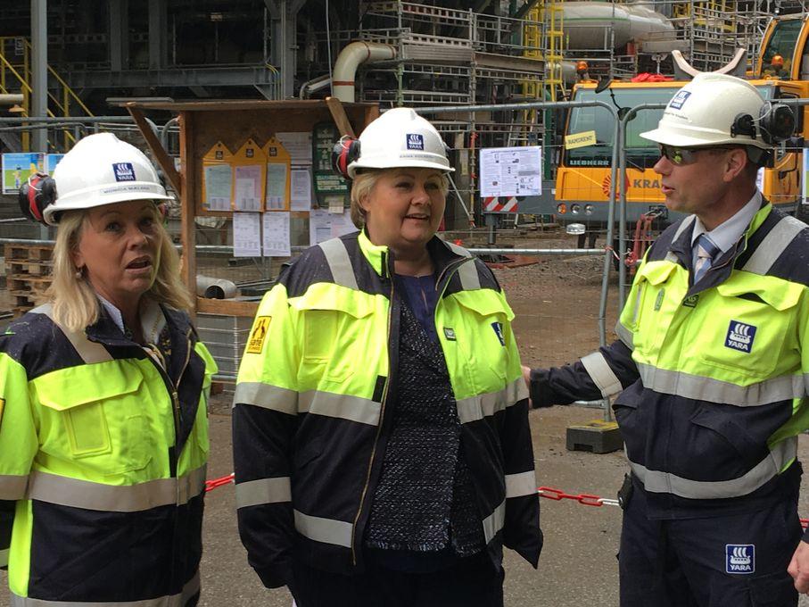 Næringsminster Monica Mæland og statsminister Erna Solberg under pressemøte om industrimeldingen hos Yara 30. mars.