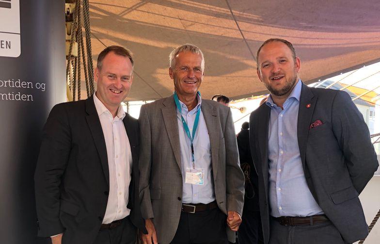 I ARENDAL: Konsernsjef i AF Gruppen Morten Grongstad (t.v) og konsernsjef i Norconsult Per Kristian Jacobsen møtte samferdselsminister Jon Georg Dale til debatt om fremtidens veier.