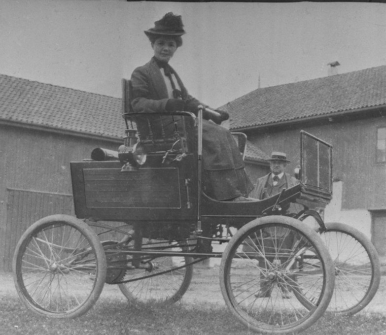 """Tekla Hiorth i sin """"locomobile"""" i 1902. Hun var Norges første kvinnelige bilist. Foto: NTB"""