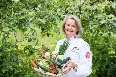Kokken Toril Gulbrandsen brenner for de nye norske grønnsakene.
