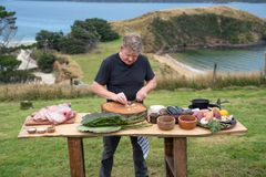 Gordon Ramsay tilbereder mat på New Zealand. «På eventyr med Gordon Ramsay» har premiere lørdag 10. august kl. 20.00 på National Geographic. (Foto: National Geographic)
