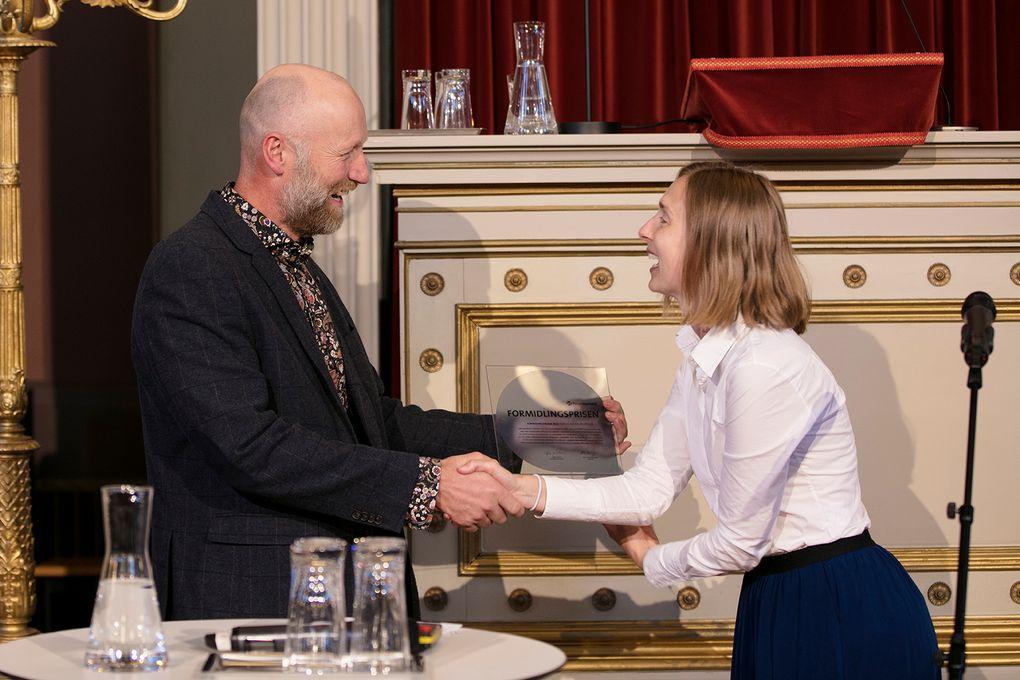 Audun Rikardsen fikk Forskningsrådets formidlingspris av statsråd for forsknings og høyere utdanning Iselin Nybø, under den nasjonale åpningen av Forskningsdagene.