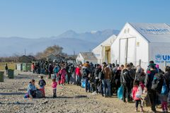 Gevgelija, Republic of Macedonia - December 23, 2015: Refugees waiting to register in the refugee camp of Vinojug in Gevgelija (Macedonia) after having crossed the border with Greece at Eidomeni. Foto: iStock/BalkansCat