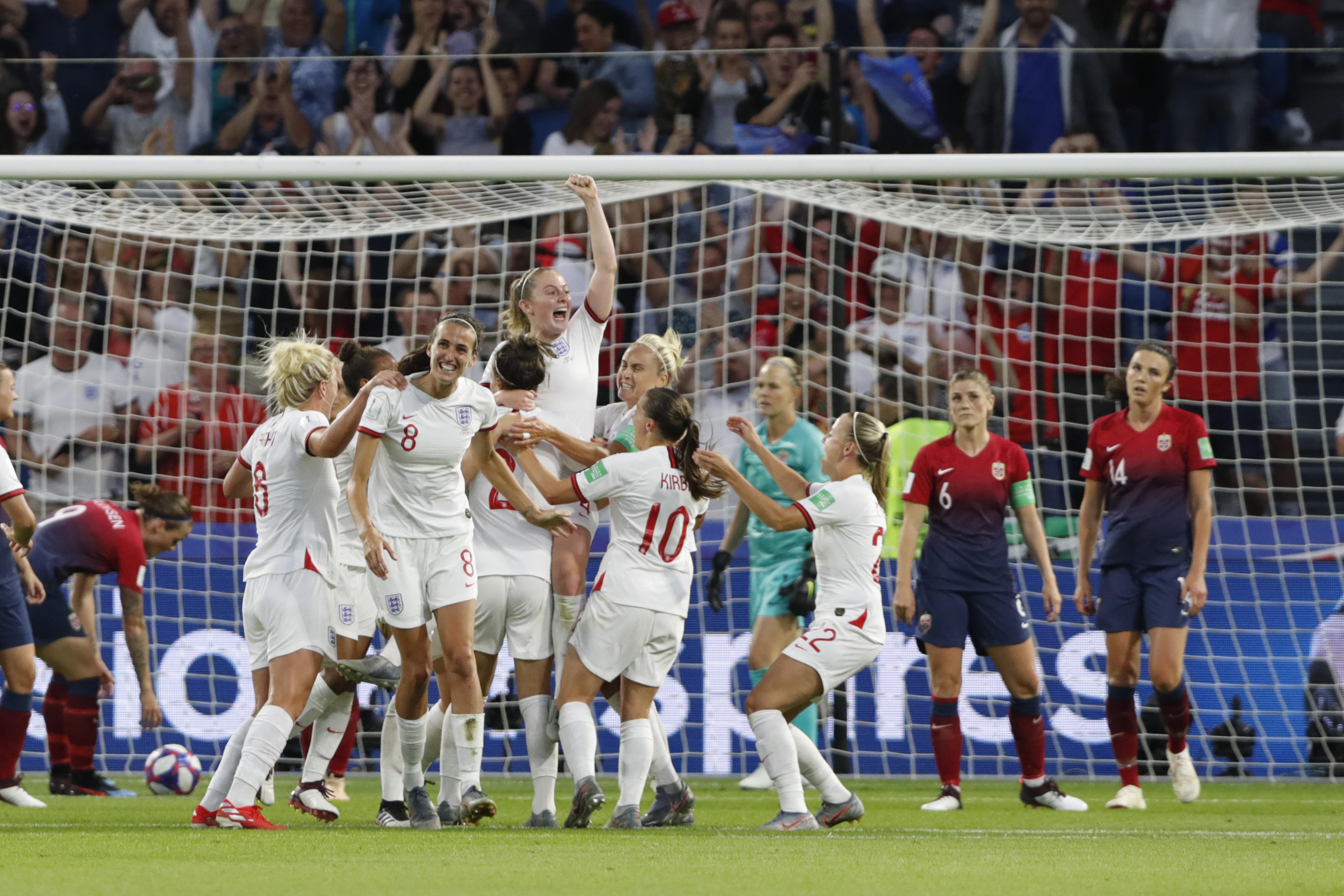 c2404bff ... og Ingrid Syrstad Engen ser England juble etter 0-3-målet under  kvarfinalen mellom Norge og England på Stade Océane under fotball-VM 2019 i  Frankrike.