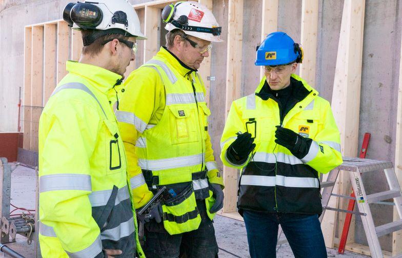Stian Aldrin, daglig leder i Minuendo, og to av AF-tømrerne Trond Vigstad og Marius Kløften tester det nye hørselsvernet. Foto: AF Gruppen
