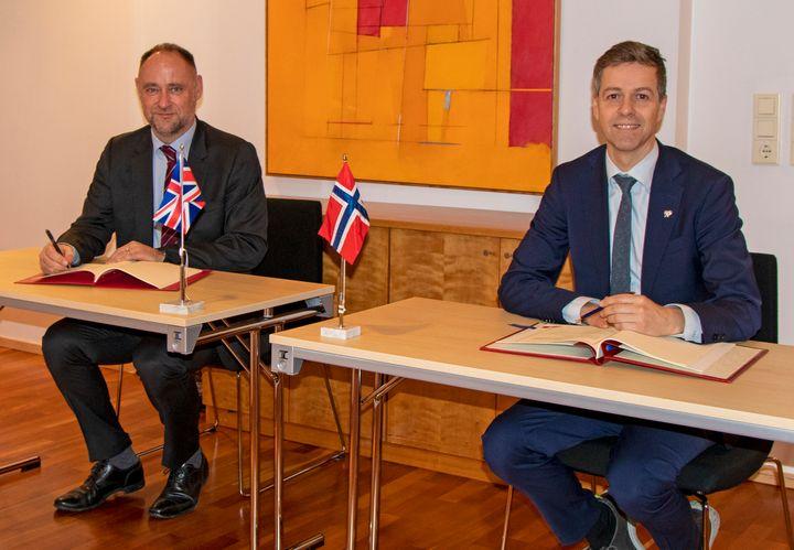 Botschafter Richard Wood und Verkehrsminister Knut Arild Hareide.  (Foto: Kjell Brataas / SD)