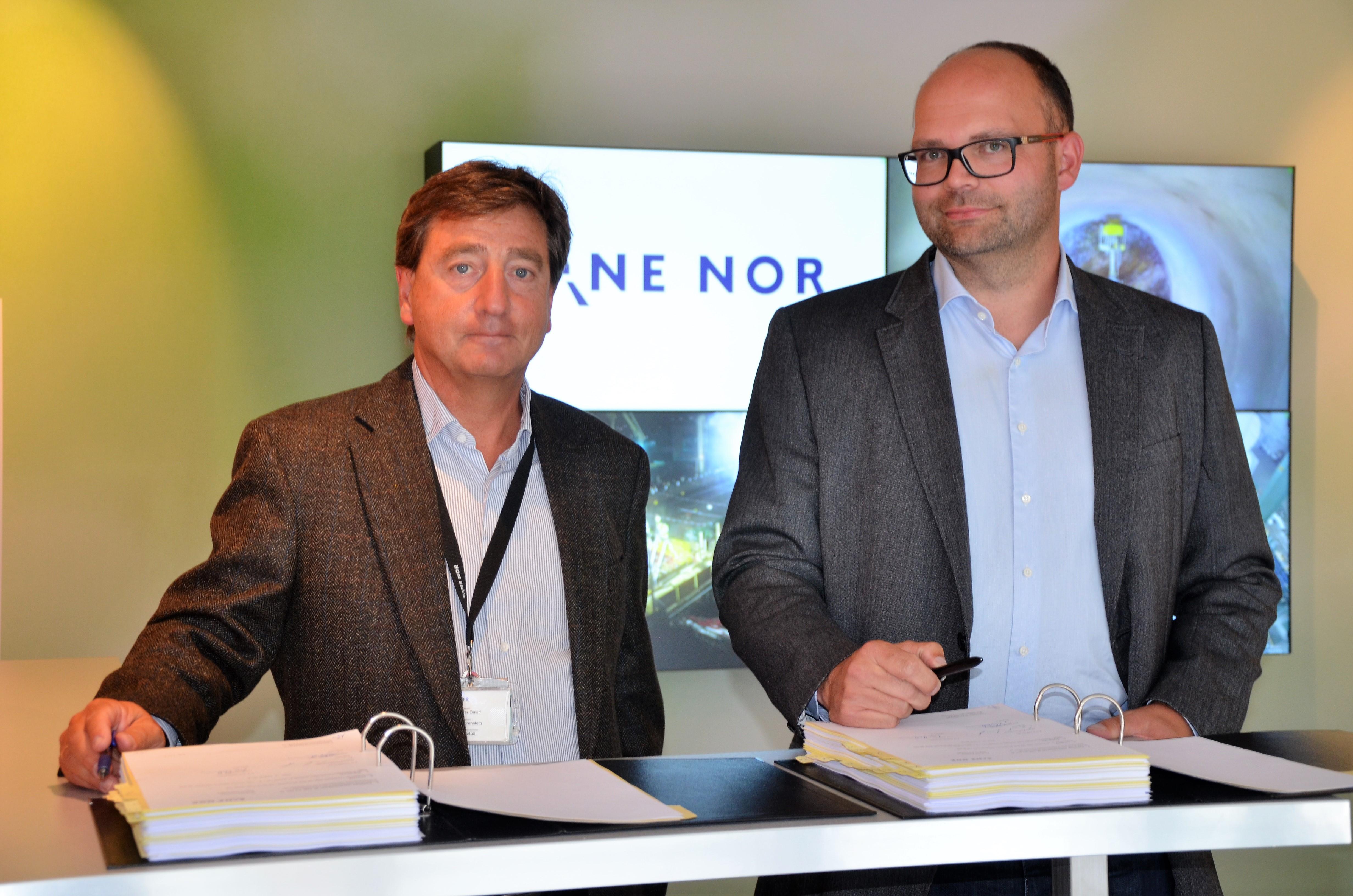 Per David Borenstein, prosjektdirektør Bane NOR og Ivar Galaaen (til høyre) direktør i AF Anlegg signerte avtalen med Bane NOR.