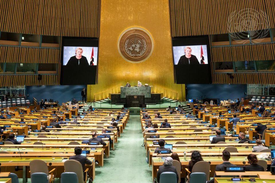 Statsminister Erna Solberg talte under åpningen av generaldebatten og snakket om klima, bærekraftige hav og gjenoppbygging etter pandemien. Foto: UN Photo/Cia Pak