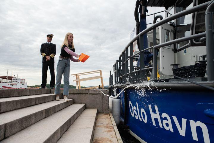 Patin Tora Elgsaas (14) aus Miljøagentene nannte das weltweit erste elektrische Umweltboot seiner Art.  Hafendirektor Ingvar M. Mathisen freute sich, dass Oslo endlich ein Boot bekommt, das dazu beitragen wird, den Hafen langfristig emissionsfrei zu machen.